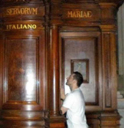 Naz pastor at confessional
